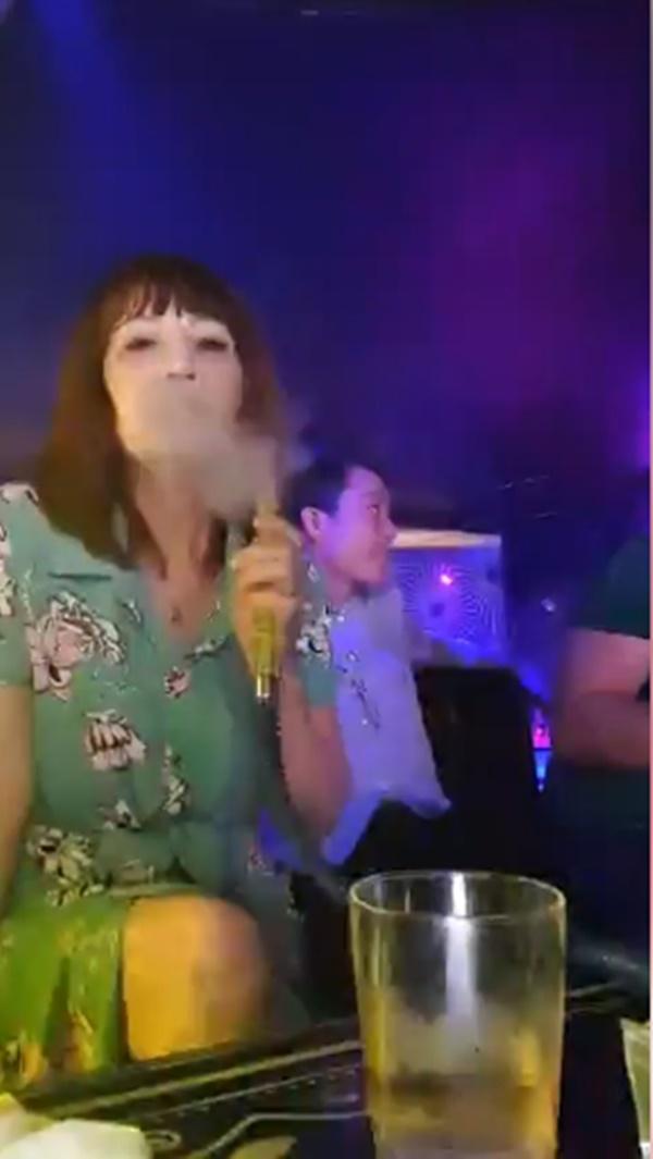 Sau phốt mang bầu giả, cô dâu 62 tuổi thản nhiên cùng chồng trẻ hút shisha trong quán bar - Hình 2