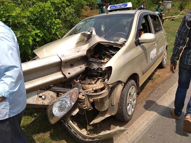2 bức ảnh hiện trường tai nạn ở Sơn La: Tài xế thoát nạn là điều thần kỳ - Hình 1