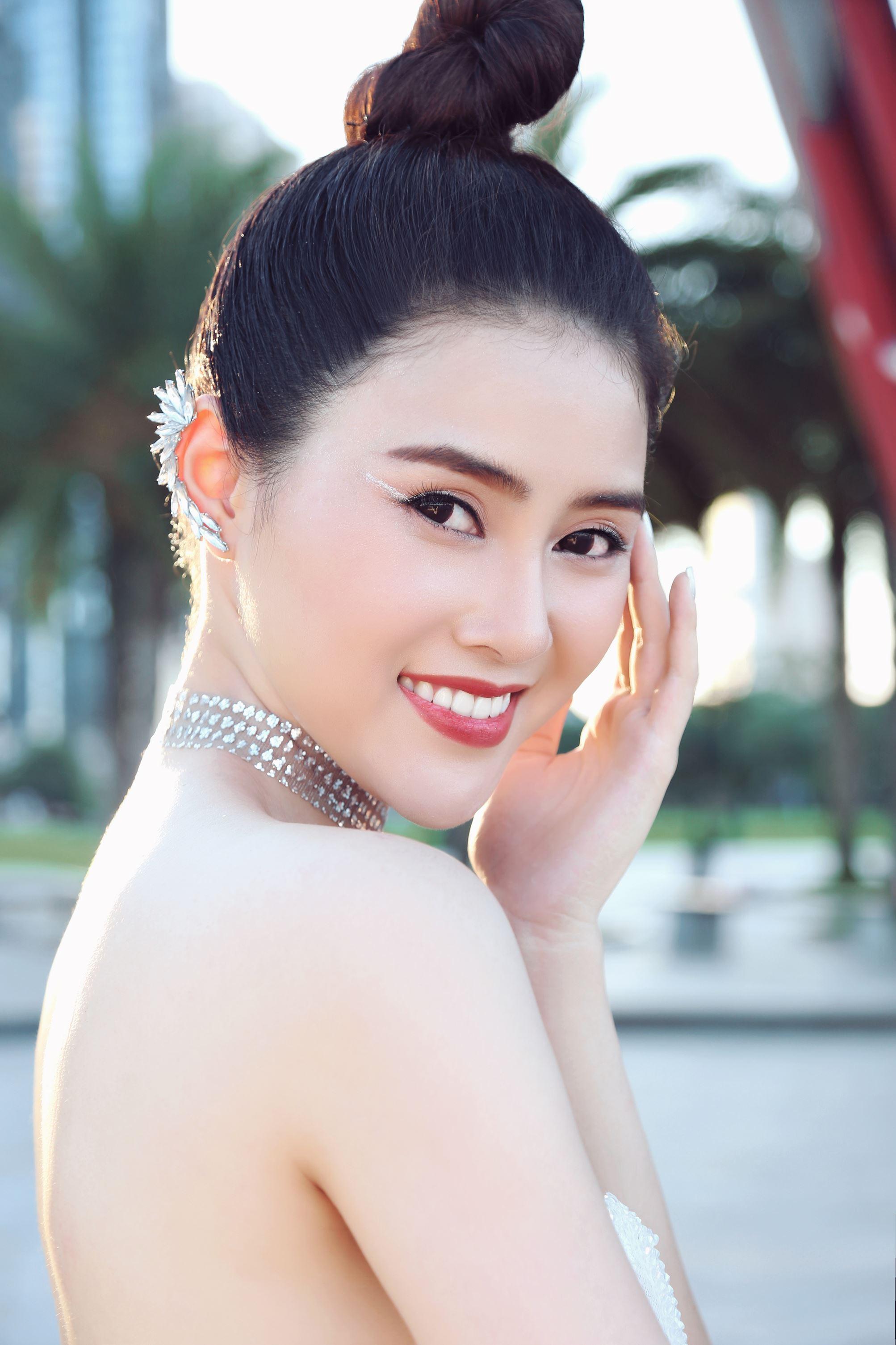 Á hậu Lý Kim Thảo khoe nhan sắc quyến rũ với trang phục gợi cảm - Hình 7