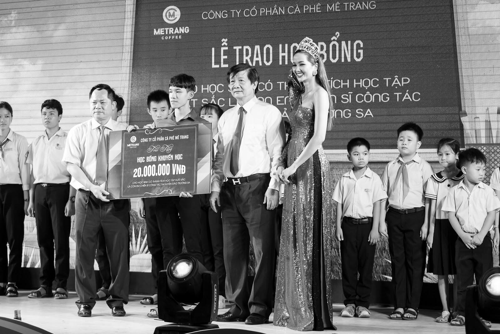 H'Hen Niê nối tóc dài, đội vương miện được chào đón như nữ hoàng tại Nha Trang - Hình 8