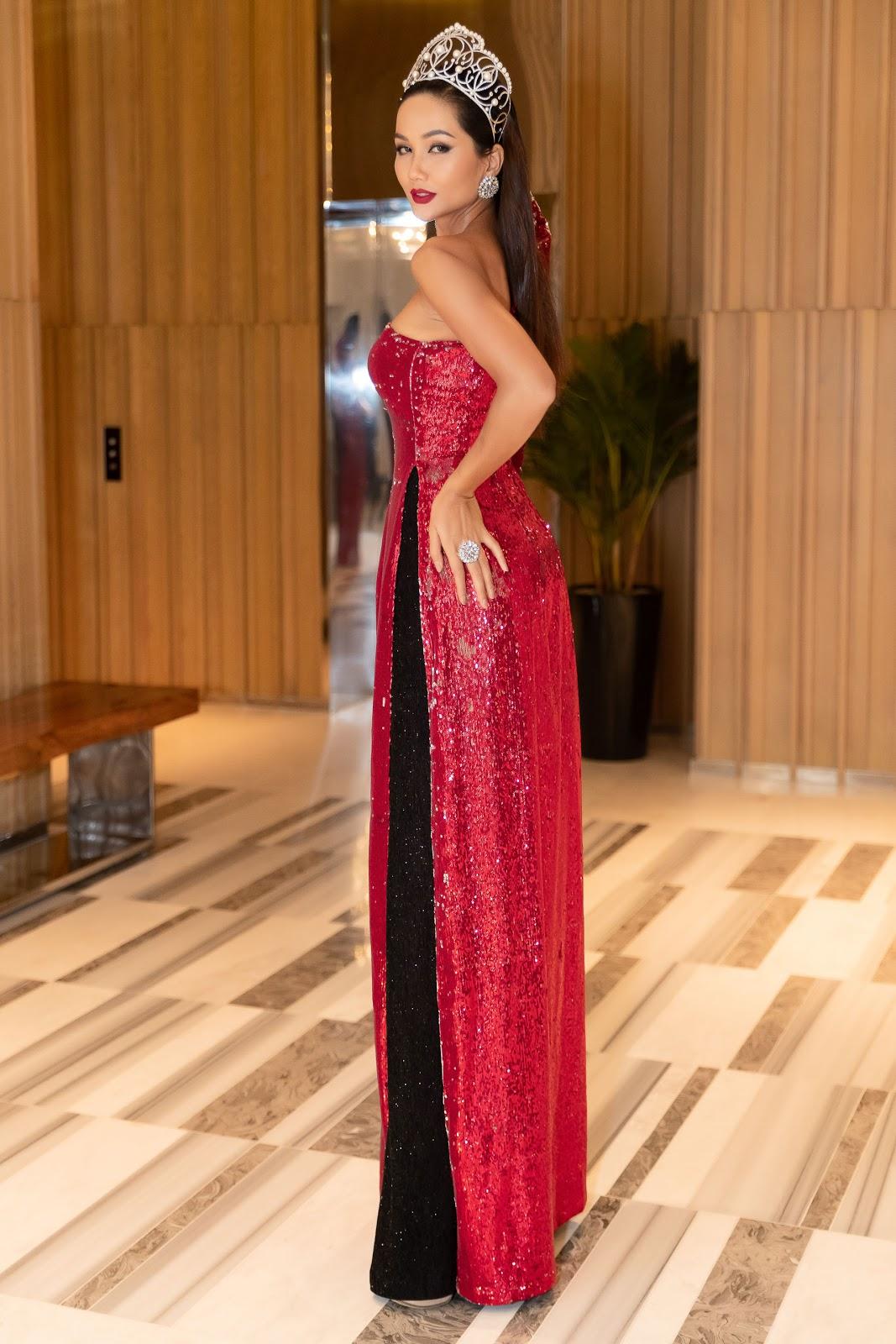 H'Hen Niê nối tóc dài, đội vương miện được chào đón như nữ hoàng tại Nha Trang - Hình 2