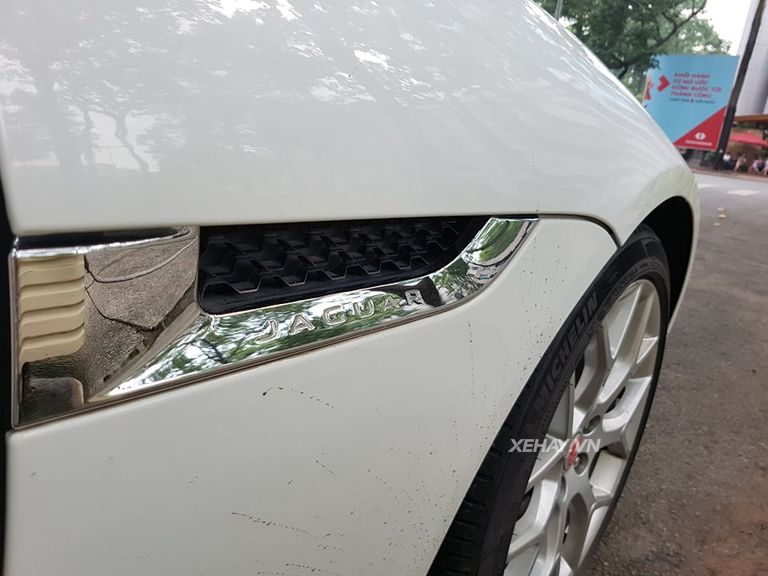 Jaguar F-Type S trắng gây náo động đường phố Sài Gòn - Hình 8