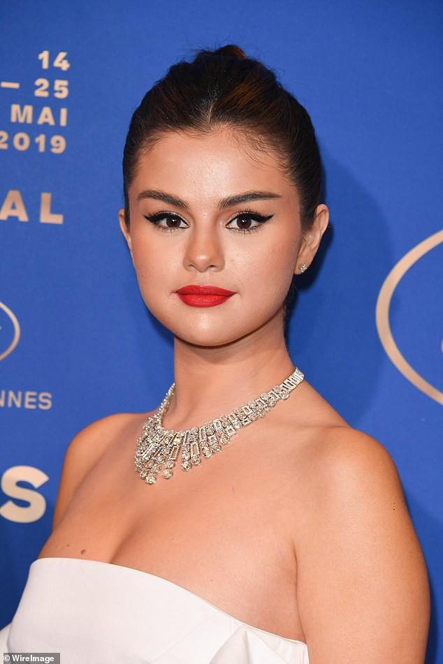 Lộng lẫy đi dự tiệc tối hậu Cannes, Selena Gomez khiến dân tình tá hỏa với gương mặt trắng phớ và chân thô - Hình 4
