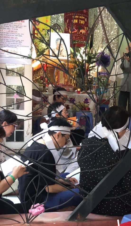NSƯT Thành Lộc nén nỗi đau chu toàn tang lễ mẹ, đón NSND Kim Cương cùng Đàm Vĩnh Hưng đến viếng - Hình 2