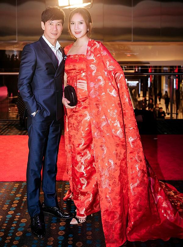 Vợ Lý Hải gây sốt khi diện áo choàng như nữ hoàng tình tứ cùng chồng đi ra mắt phim - Hình 4