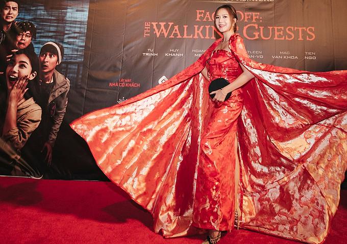 Vợ Lý Hải gây sốt khi diện áo choàng như nữ hoàng tình tứ cùng chồng đi ra mắt phim - Hình 2