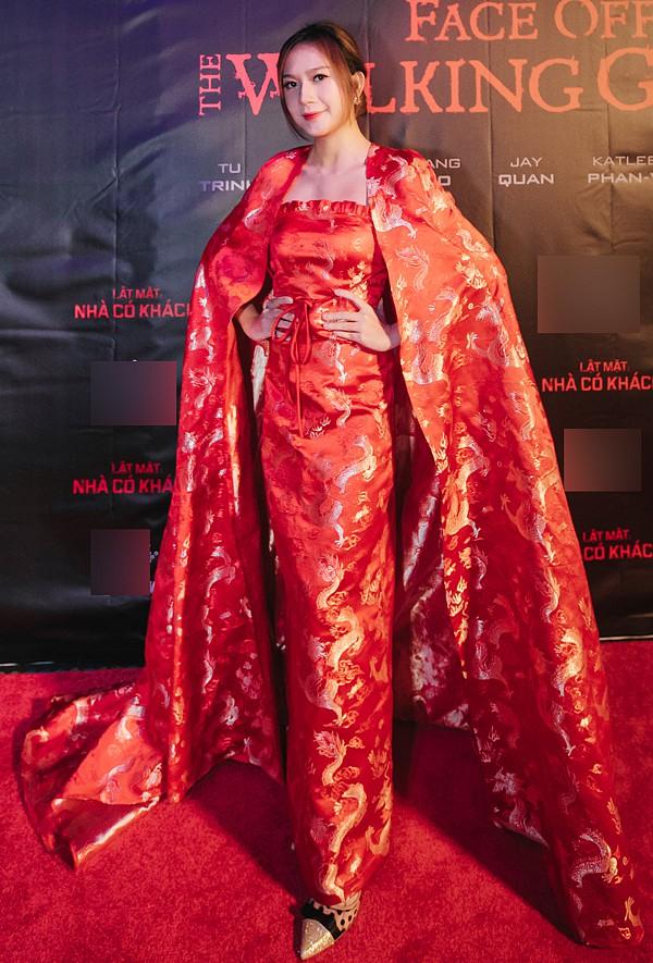 Vợ Lý Hải gây sốt khi diện áo choàng như nữ hoàng tình tứ cùng chồng đi ra mắt phim - Hình 1