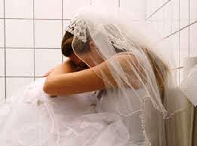 Cô gái đau đớn khi đêm tân hôn chồng vào viện chăm tình cũ - Hình 1