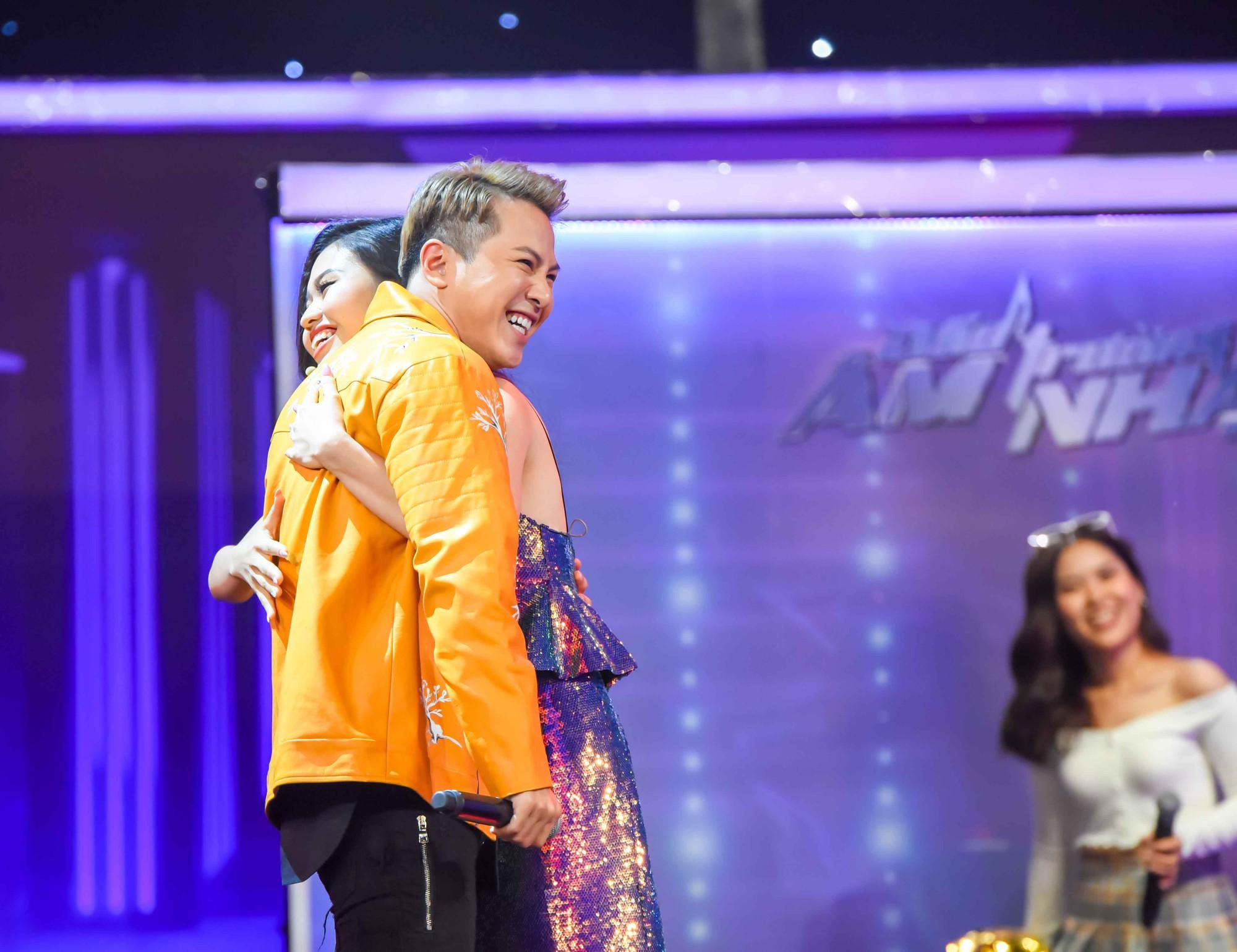 Cô gái làm náo loạn gameshow khi khoác tay Thuận Nguyễn, ôm Mai Tiến Dũng, kết thân với Hoàng Tôn - Hình 3