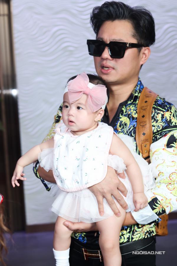 Lâm Vũ lần đầu đi sự kiện cùng vợ hoa hậu và con gái - Hình 2