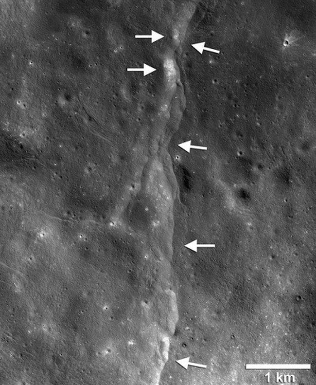 Mặt trăng đang dần co lại - Hình 1