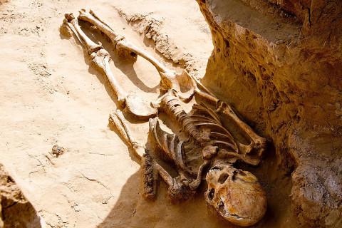 Phát hiện bộ xương 2.000 năm tuổi đang cười cùng nhiều trang sức quý báu - Hình 2