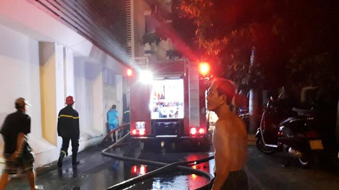 Cháy nhà ở trung tâm TP.HCM, người dân ôm tài sản tháo chạy - Hình 1