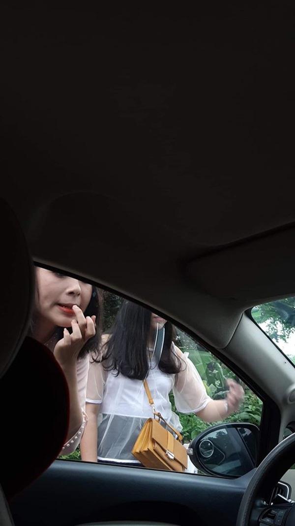 Gái xinh hồn nhiên trang điểm trước gương ôtô, tài xế tưởng vớ được khách sộp, dân mạng lại dáo dác truy tìm - Hình 2