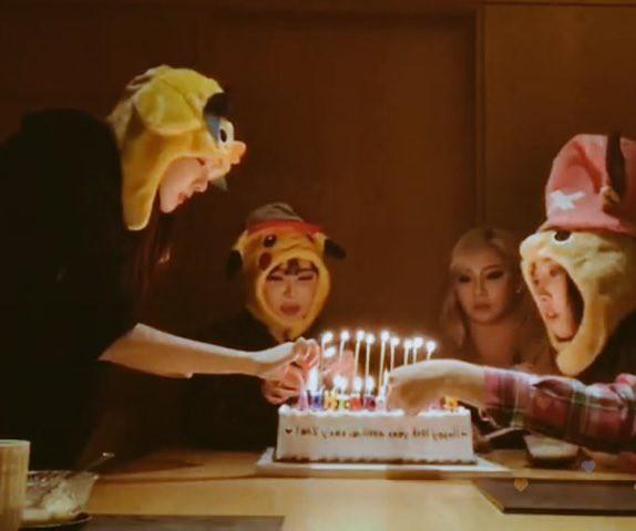 Hình ảnh lấy đi nước mắt hàng nghìn fan: 4 thành viên 2NE1 hội ngộ, cùng nhau cắt bánh mừng kỷ niệm 10 năm ra mắt - Hình 3