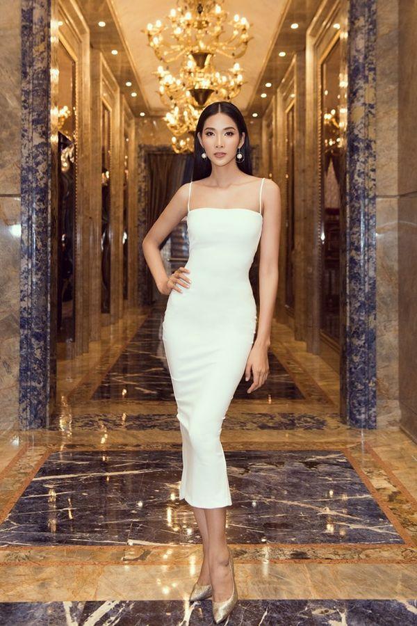 Hoàng Thùy bung lụa với váy trắng bó sát khoe đường cong đẹp ná thở - Hình 2