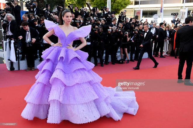 Màn đụng độ thú vị tại thảm đỏ Cannes: Chị đại showbiz Thái được chăm sóc như bà hoàng, siêu mẫu thế giới Bella Hadid bị ngó lơ - Hình 4
