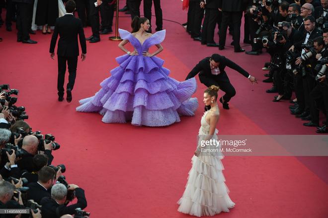 Màn đụng độ thú vị tại thảm đỏ Cannes: Chị đại showbiz Thái được chăm sóc như bà hoàng, siêu mẫu thế giới Bella Hadid bị ngó lơ - Hình 1