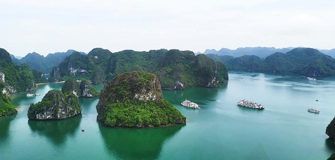 Thưởng ngoạn cảnh đẹp vịnh Hạ Long từ trực thăng - Hình 1