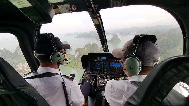 Thưởng ngoạn cảnh đẹp vịnh Hạ Long từ trực thăng - Hình 4