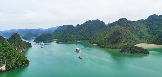 Thưởng ngoạn cảnh đẹp vịnh Hạ Long từ trực thăng - Hình 10
