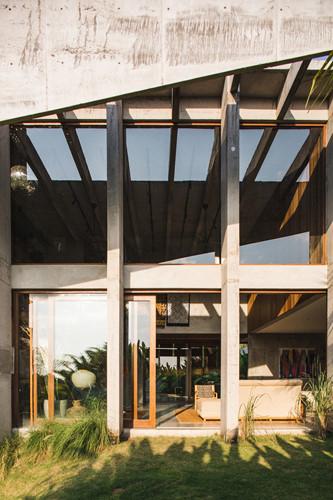 Dùng bê tông chắn nắng, ngôi nhà mát rượi suốt hè - Hình 3