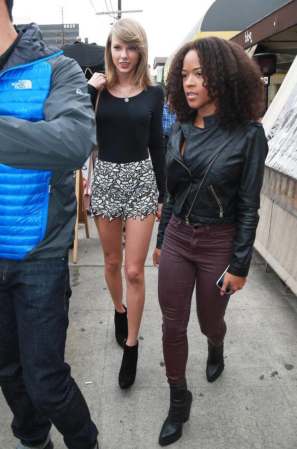 Fan US-UK xôn xao điều gì: Taylor Swift bị cô bạn đã từng thân... like bình luận đá đểu - Hình 4