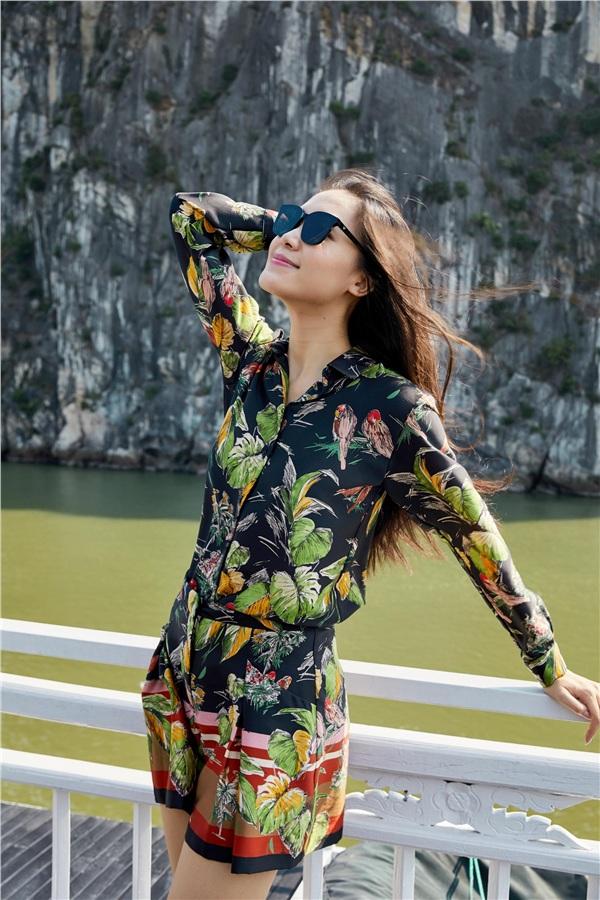 Hoàng Thùy, Minh Tú đọ dáng gợi cảm trên du thuyền, Hoa hậu Thùy Dung tự tin khoe mặt mộc - Hình 5