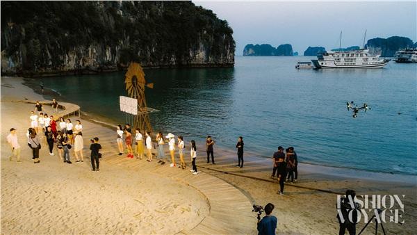 Hoàng Thùy, Minh Tú đọ dáng gợi cảm trên du thuyền, Hoa hậu Thùy Dung tự tin khoe mặt mộc - Hình 1