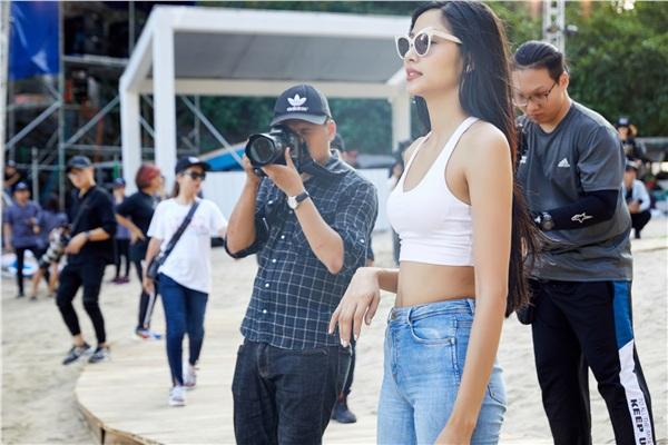 Hoàng Thùy, Minh Tú đọ dáng gợi cảm trên du thuyền, Hoa hậu Thùy Dung tự tin khoe mặt mộc - Hình 2