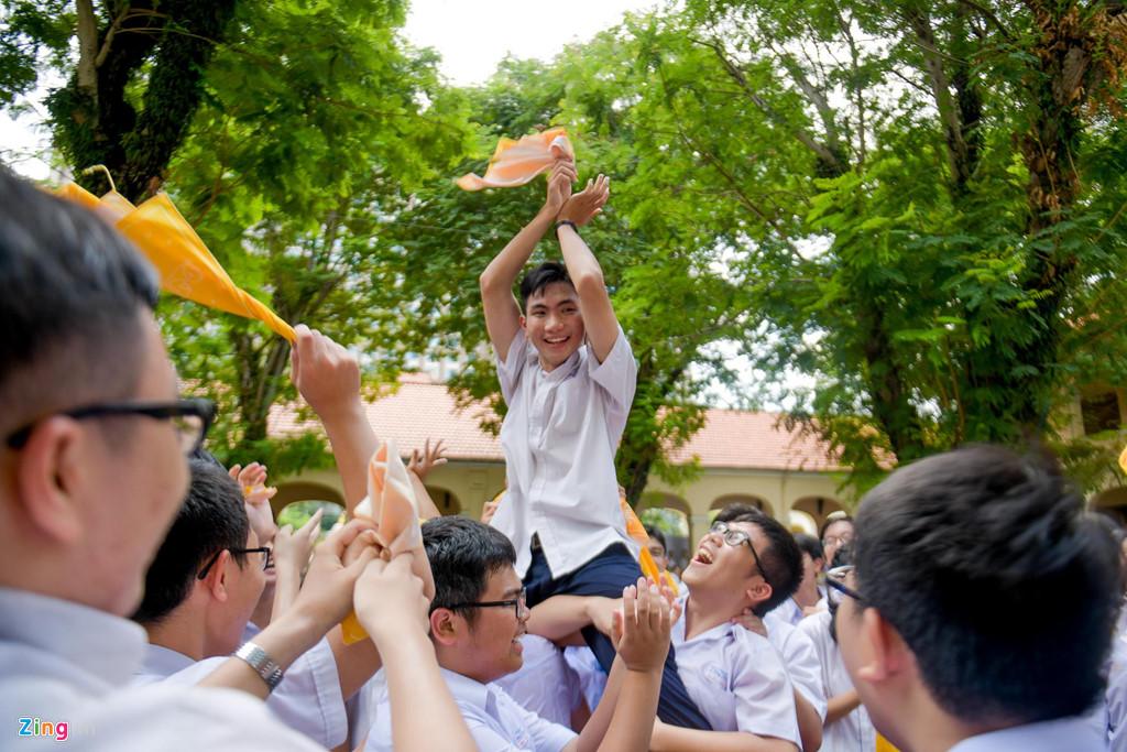 Học sinh Lê Hồng Phong khóc nức nở trong ngày chia tay tuổi học trò - Hình 6