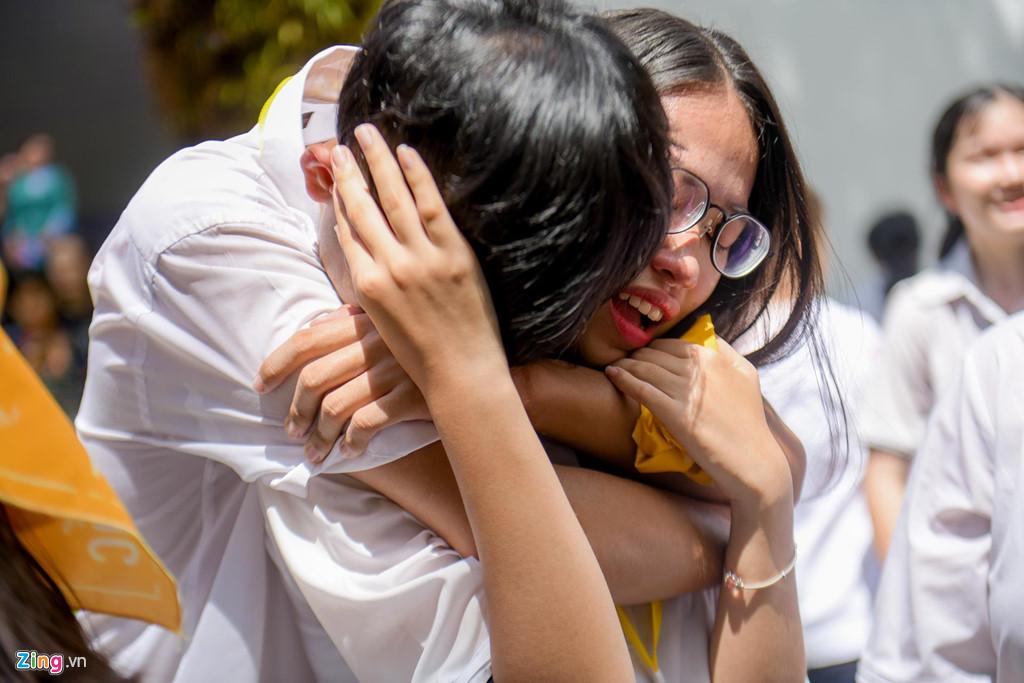 Học sinh Lê Hồng Phong khóc nức nở trong ngày chia tay tuổi học trò - Hình 14