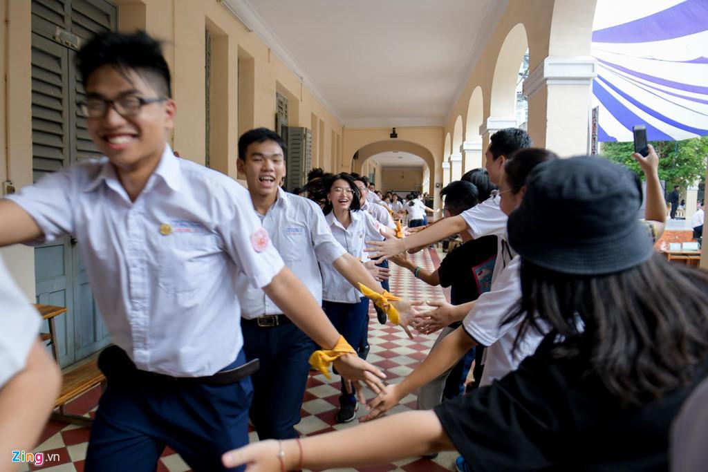 Học sinh Lê Hồng Phong khóc nức nở trong ngày chia tay tuổi học trò - Hình 4