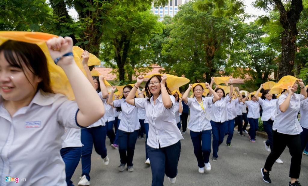Học sinh Lê Hồng Phong khóc nức nở trong ngày chia tay tuổi học trò - Hình 3