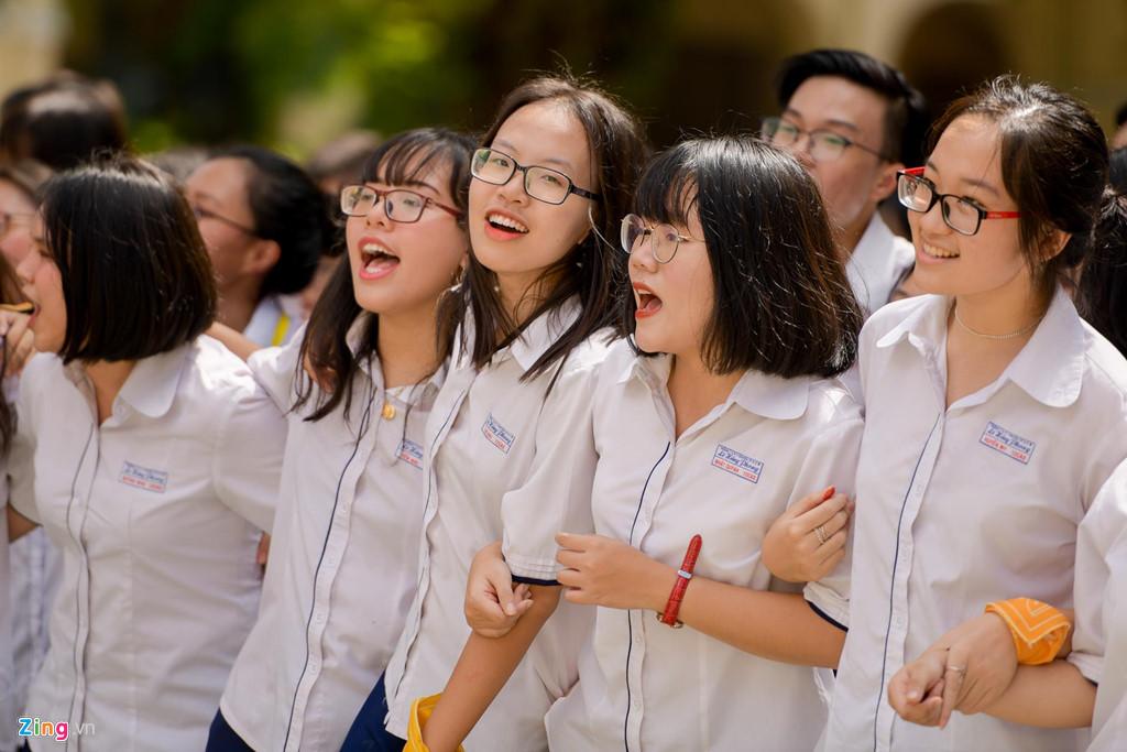 Học sinh Lê Hồng Phong khóc nức nở trong ngày chia tay tuổi học trò - Hình 5