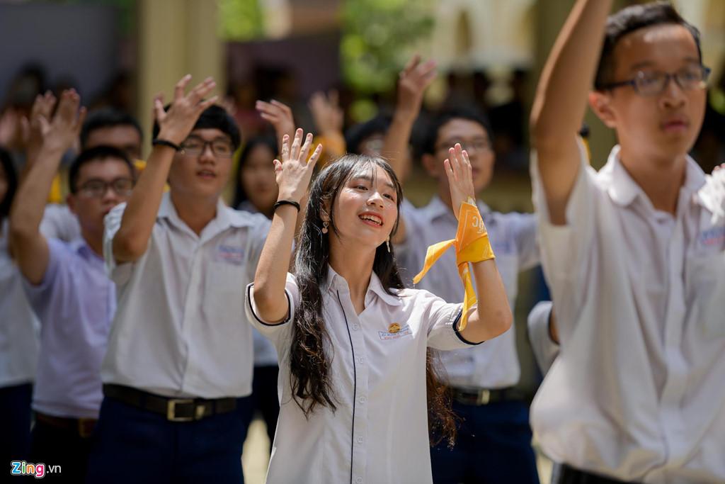 Học sinh Lê Hồng Phong khóc nức nở trong ngày chia tay tuổi học trò - Hình 2