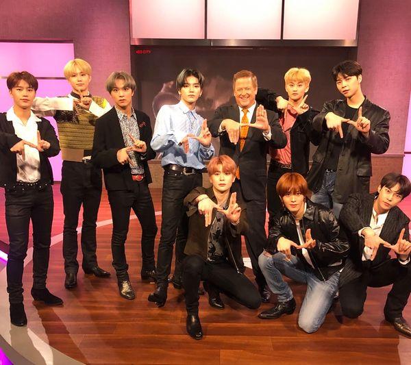 Kém duyên so sánh NCT 127 với BTS, MC chương trình KTLA 5 Morning News nhận mưa chỉ trích gắt gao - Hình 1