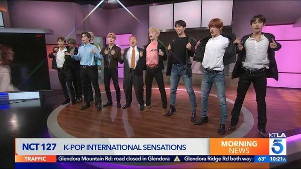 Kém duyên so sánh NCT 127 với BTS, MC chương trình KTLA 5 Morning News nhận mưa chỉ trích gắt gao - Hình 2