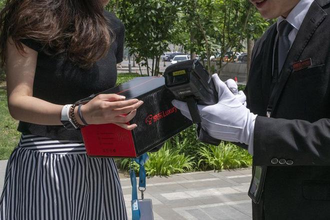 Khám phá dịch vụ mua hàng xa xỉ qua mạng tại Trung Quốc: Shipper đi Mẹc, mặc suit, đeo găng trắng, giao hàng giống như tiến hành một nghi lễ - Hình 3