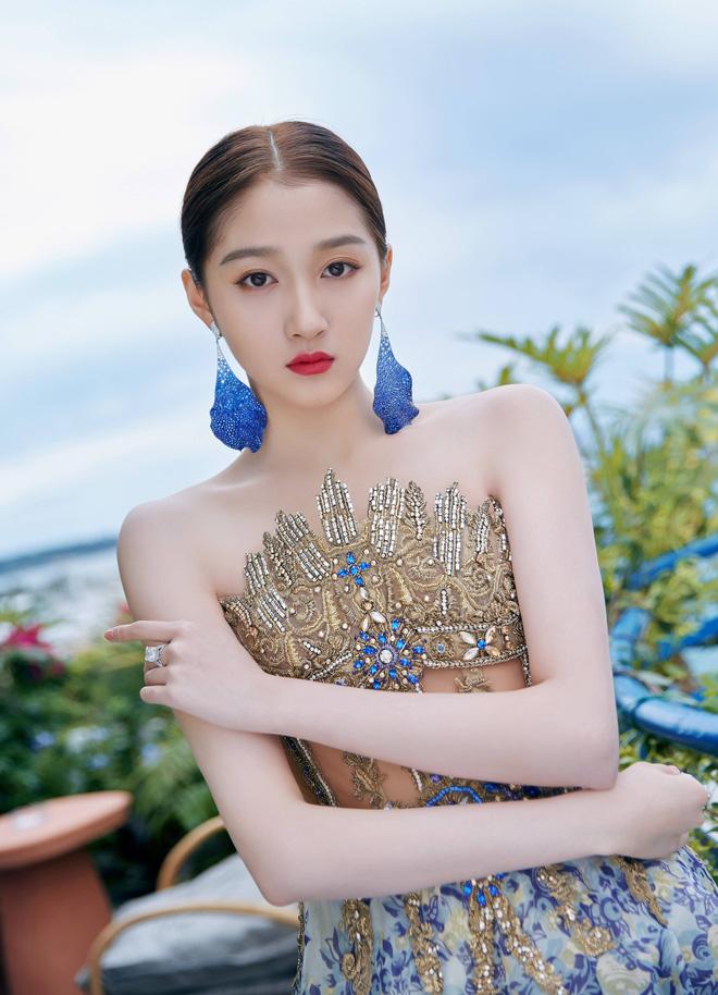 Không có Phạm Băng Băng, đây là nữ thần Trung Quốc đẹp nao lòng, gây bão với truyền thông quốc tế tại Cannes - Hình 12