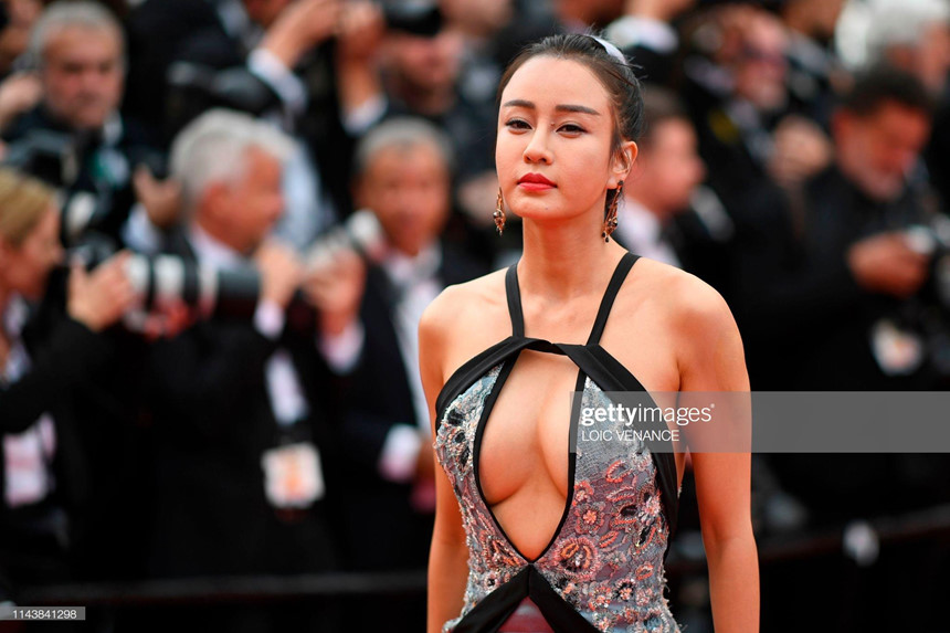 Mặc hở bạo, diễn trò lố - nghệ sĩ TQ đang biến Cannes thành cái chợ - Hình 1
