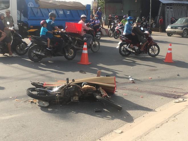 Nam thợ hồ đi xe máy bị xe container cán qua đầu, chết thương tâm ngày cuối tuần - Hình 2