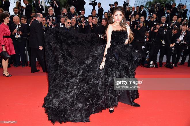 Ngày 4 Cannes: Bella Hadid diễn sâu hết cỡ bên Hoa hậu Thế giới trội nhất thảm đỏ, Thánh lố hoa lá hẹ xuất hiện - Hình 9