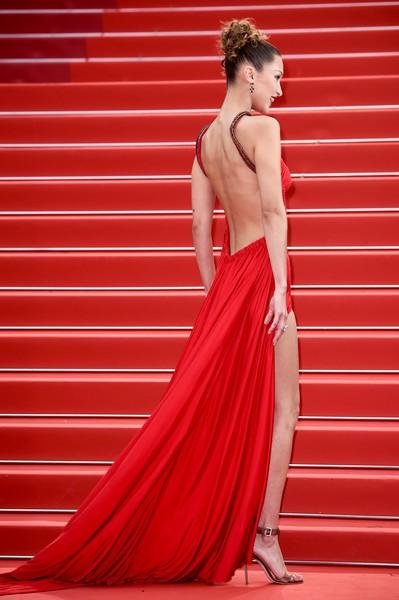 Ngày 4 Cannes: Bella Hadid diễn sâu hết cỡ bên Hoa hậu Thế giới trội nhất thảm đỏ, Thánh lố hoa lá hẹ xuất hiện - Hình 2