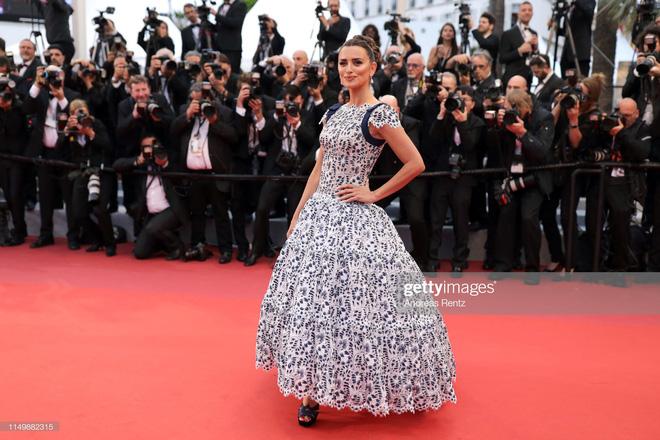 Ngày 4 Cannes: Bella Hadid diễn sâu hết cỡ bên Hoa hậu Thế giới trội nhất thảm đỏ, Thánh lố hoa lá hẹ xuất hiện - Hình 33