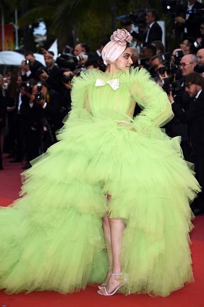 Ngày 4 Cannes: Bella Hadid diễn sâu hết cỡ bên Hoa hậu Thế giới trội nhất thảm đỏ, Thánh lố hoa lá hẹ xuất hiện - Hình 7