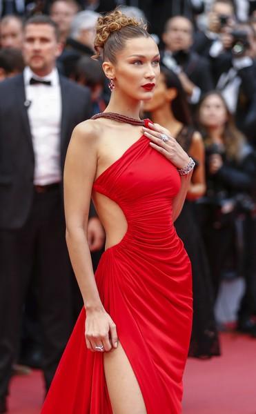 Ngày 4 Cannes: Bella Hadid diễn sâu hết cỡ bên Hoa hậu Thế giới trội nhất thảm đỏ, Thánh lố hoa lá hẹ xuất hiện - Hình 1