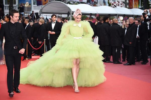 Ngày 4 Cannes: Bella Hadid diễn sâu hết cỡ bên Hoa hậu Thế giới trội nhất thảm đỏ, Thánh lố hoa lá hẹ xuất hiện - Hình 8