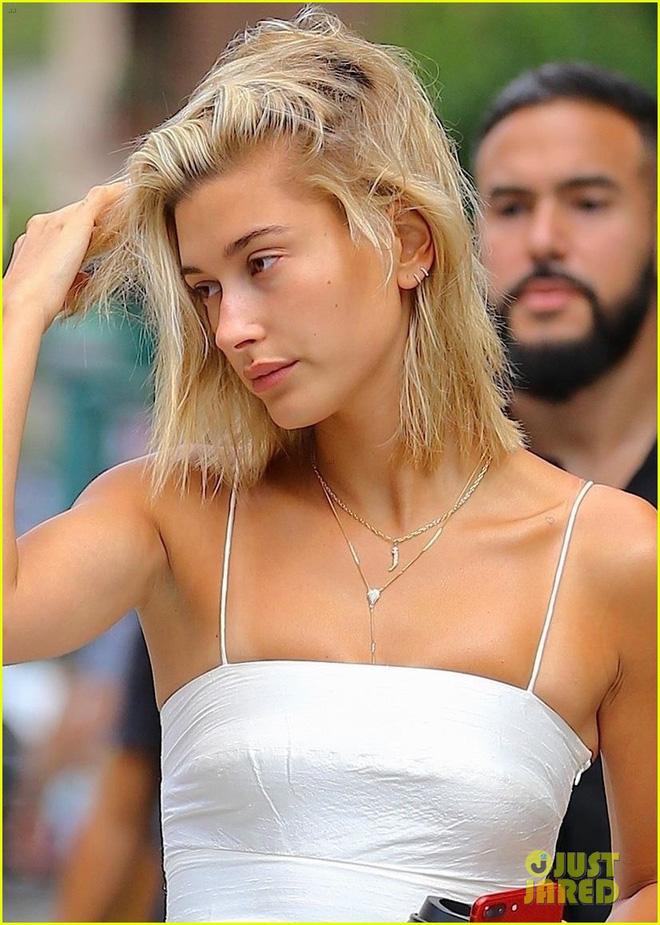 Ngược đời như vợ Justin Bieber: Trang điểm đậm bị chê nhìn như đàn ông, fan kêu Thà để mặt mộc còn hơn! - Hình 7