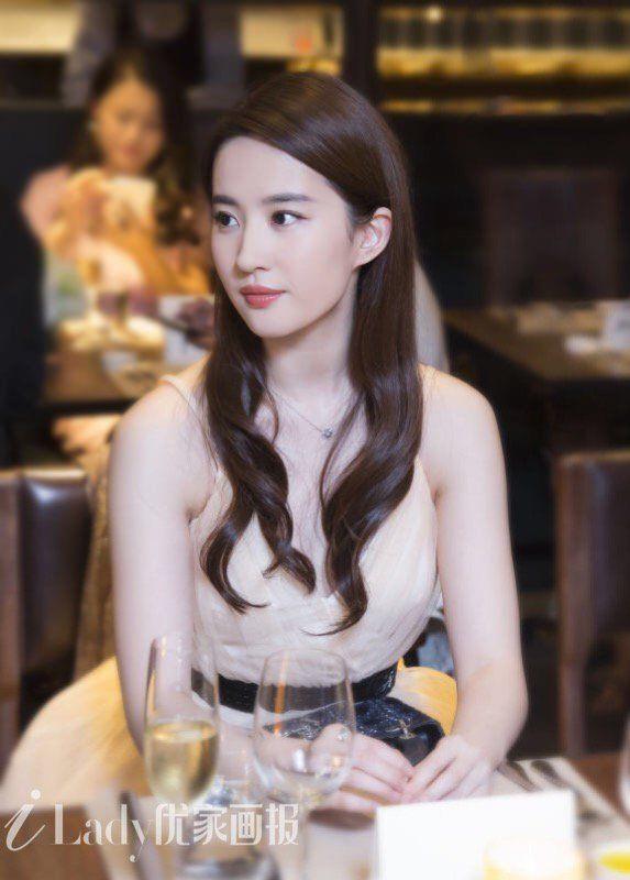 Nhan sắc được khen như hoa hậu ở tuổi 32 của Lưu Diệc Phi - Hình 9